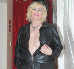 Leathettes - MILF Abbey in her leather jacket Gallery